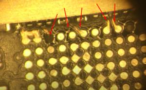Обрывы видны под микроскопом, стоит обратить внимание на другие контакты и дорожки по этому краю чипа