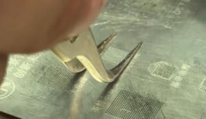 Микросхема аудиокодек iPhone 7 накатка шариков олова с помощью трафарета и паяльной станции