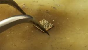 Вид микросхемы аудиокодек 338S00105 после накатки шариков через 3D трафарет